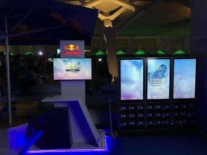 Stand de Red Bull con nuestros Tótem digitales de Carga